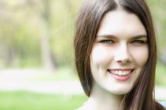 享用在春天公园的美丽的青少年的女孩 免版税库存照片