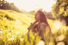 享用在春季 15个妇女年轻人 库存图片