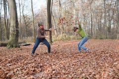 享用在森林的孩子在秋天 免版税库存图片