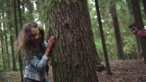 年轻享用在森林里的男孩和女孩 股票录像