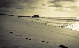 享用在沙滩的人剪影与波浪热的晴天在大西洋海岸的10月 库存照片