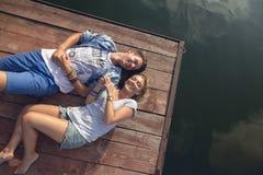 享用在河附近的夫妇 图库摄影