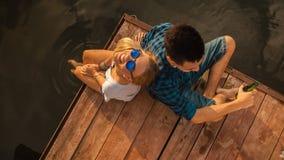 享用在河附近的夫妇 免版税库存图片