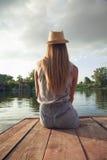 享用在河附近的女孩 库存图片
