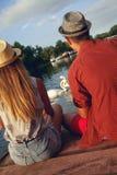 享用在河附近的年轻夫妇 图库摄影