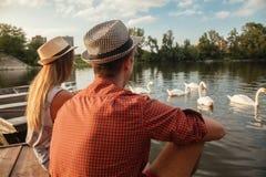 享用在河附近的年轻夫妇 免版税库存图片