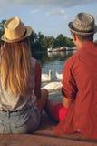 享用在河附近的年轻夫妇 库存照片