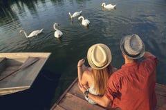 享用在河附近的年轻夫妇 库存图片