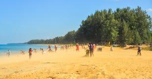 享用在海滩的人们 免版税库存图片