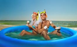 享用在海滩的新结婚的夫妇 免版税库存照片