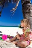 享用在海滩的孩子冰淇凌 库存照片