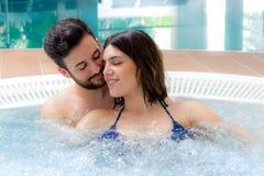 享用在温泉的夫妇极可意浴缸 图库摄影