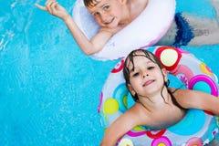 享用在游泳池的小孩的图片 免版税库存图片
