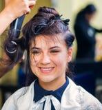 享用在理发沙龙的美丽的女孩 免版税库存照片