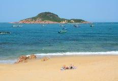 享用在美丽的海滩的游人 免版税库存照片