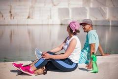 享用在美丽的湖的一对浪漫年轻夫妇的看法 图库摄影