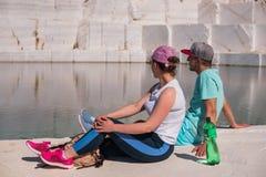 享用在美丽的湖的一对浪漫年轻夫妇的看法 库存照片