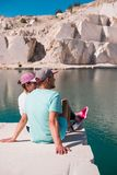 享用在美丽的湖的一对浪漫年轻夫妇的看法 免版税库存照片