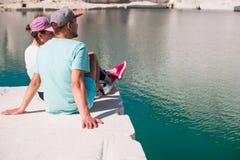 享用在美丽的湖的一对浪漫年轻夫妇的看法 免版税图库摄影