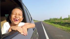 享用在车窗的无牙的女孩新鲜空气 影视素材