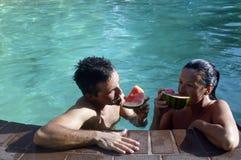 享用在水池的夫妇 库存图片