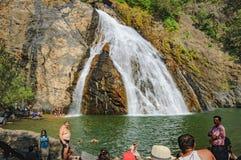享用在Dudhsagar瀑布中水的游人  免版税库存照片