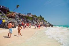 享用在Tulum海滩的人们 库存照片