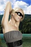 享用夏天太阳的美丽的妇女 免版税图库摄影