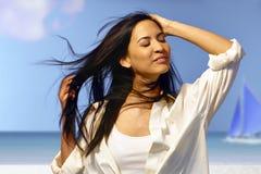 享用夏天太阳的美丽的妇女 免版税库存图片