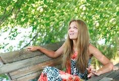 享用夏天妇女年轻人的日 免版税图库摄影