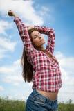 享用夏天风的女孩 免版税库存图片