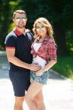 享用夏天绿色公园的愉快的年轻夫妇 免版税图库摄影