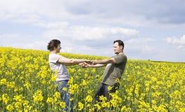 享用夏天年轻人的偶然夫妇 免版税库存图片