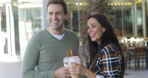 享用外带的咖啡的愉快的轻松的夫妇 股票录像