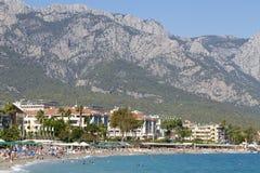 享用太阳和海的人们在绿松石海和Pebble海滩 Kemer,土耳其 库存照片