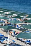 享用太阳和海的人们在绿松石海和Pebble海滩 Kemer,土耳其 库存图片