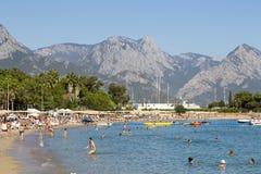 享用太阳和海的人们在绿松石海和Pebble海滩 Kemer,土耳其 免版税库存照片