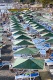享用太阳和海的人们在绿松石海和Pebble海滩 Kemer,土耳其 图库摄影