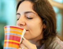享用女孩的杯子饮料好 免版税图库摄影