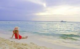 享用女孩的海滩 库存照片
