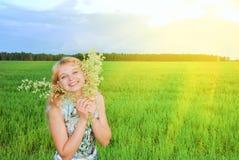 享用女孩草绿色可爱的星期日 免版税库存照片
