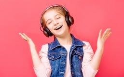 享用女孩音乐年轻人 图库摄影