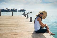 享用她的假期妇女的海湾 库存图片