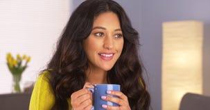 享用她的咖啡的墨西哥妇女 免版税库存图片