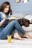 享用她的早午餐的健康俏丽的妇女 免版税库存图片