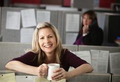 享用妇女的咖啡 免版税库存图片