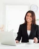 享用妇女的有吸引力的企业咖啡杯 库存图片