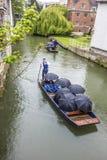 享用小船的人们绊倒在河凸轮在剑桥英国 免版税库存照片