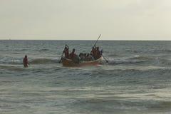 享用小船的人们在Panambar海滩,芒格洛尔10月02,2011,卡纳塔克邦,印度兜风 免版税库存照片