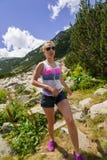 享用山的女孩 图库摄影